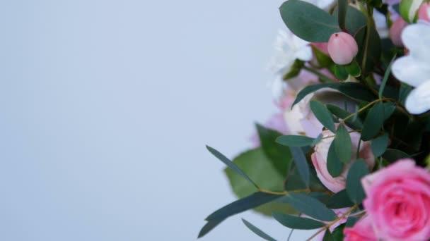 detail, květiny, kytice, rotace na bílém pozadí, květinové kompozice tvoří hortenzie, chryzantéma bacardi, Lydie Rose, Rose ve tvaru Pinďa, eukalyptus