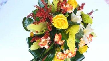Nézd meg felülről, forgatás, fehér háttér, virág kompozíció áll Rose penny lane, szegfű, Cymbidium orchidea, solidago, krizantém santini, Russus, Kukoricalevél