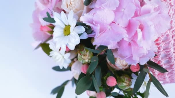 pohled shora, detail. Květiny, kytice, otáčení na bílém pozadí, květinové kompozice tvoří hortenzie, chryzantéma bacardi, Lydie Rose, Rose ve tvaru Pinďa, eukalyptus