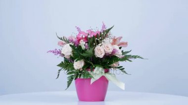 Virág, csokor, forgatás, fehér háttér, virág kompozíció áll, gerbera, Eustoma, krémes Rose-yana, Alstroemeria, solidago, gypsophila Arachniodis Rose