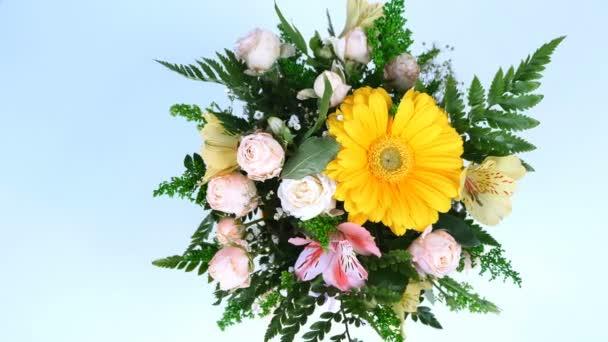 pohled shora, květiny, kytice, rotace na bílé pozadí, květinové kompozice je tvořen gerbera, Rose ve tvaru Pinďa, kosatců, Zlatobýl, gypsophila, Arachniodis