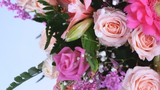 felülnézet, zár-megjelöl. Virág, csokor, forgatás, fehér háttér, virág kompozíció áll, gerbera, Eustoma, krémes Rose-yana, Alstroemeria, solidago, gypsophila Arachniodis Rose.