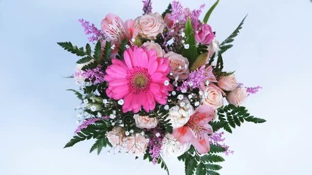 pohled shora, květiny, kytice, rotace na bílé pozadí, květinové kompozice je tvořen gerbera, Eustoma, Rose yana krémové, kosatců, Zlatobýl, gypsophila, Arachniodis, Rose