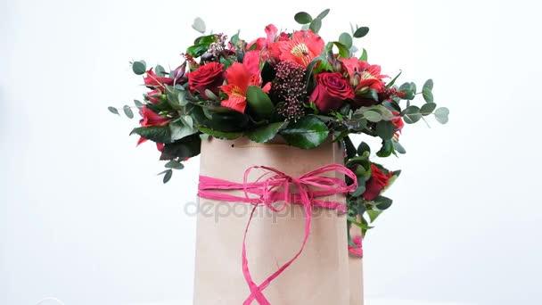 pohled shora, detail. Květiny, kytice, otáčení, květinové kompozice tvoří kosatců, Rose prestiž, Brunia zelená, Zlatobýl, eukalyptus, Pinďa růžice bordeaux