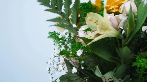 detail. Květiny, kytice, otáčení na bílém pozadí, květinové kompozice je tvořena gerbera, Rose ve tvaru Pinďa, kosatců, Zlatobýl, gypsophila, Arachniodis