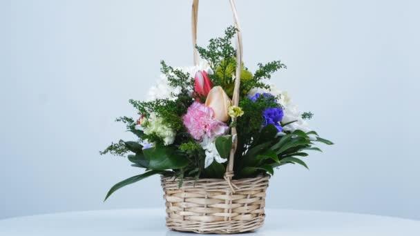 rotace, kytice v košíku se skládá z hřebíčku pistácie, chryzantéma anastasis, Zlatobýl, Russus