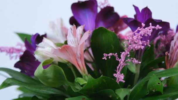 detail, květiny, kytice, rotace na bílém pozadí, květinové kompozice je tvořena Russus, kosatců, Zlatobýl, gerbera