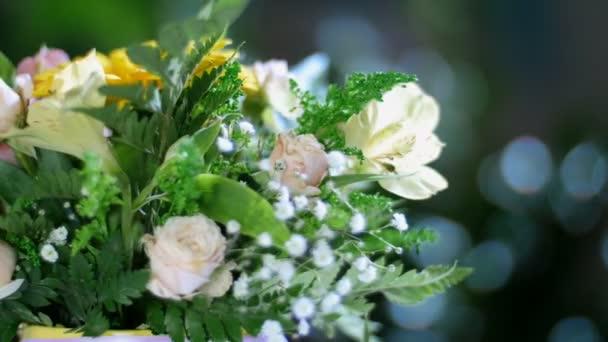 detail, kytice v paprscích světla, rotace, květinové kompozice je tvořena gerbera, Rose ve tvaru Pinďa, kosatců, Zlatobýl, gypsophila, Arachniodis