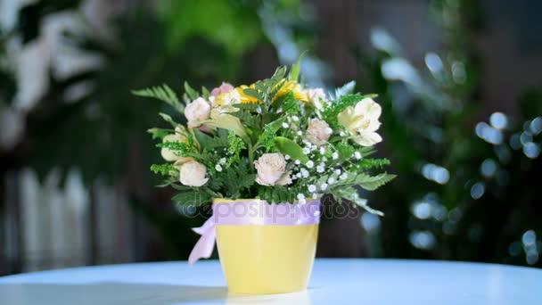 Kytice v paprscích světla, rotace, květinové kompozice je tvořena gerbera, Rose ve tvaru Pinďa, kosatců, Zlatobýl, gypsophila, Arachniodis