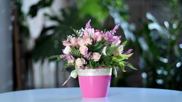 Kytice v paprscích světla, rotace, květinové kompozice je tvořena gerbera, Eustoma, Rose yana krémové, kosatců, Zlatobýl, gypsophila Arachniodis Rose