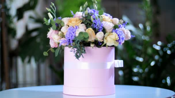 Csokor virág, a sugarak a fény, forgatás, virág kompozíció áll Rose lavina, Rose pion-alakú, szegfű, Eustoma, solidago, eukaliptusz, Hiperikum