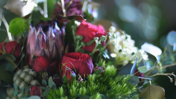 detail, kytice v paprscích světla, rotace, je tvořen Protea, Brunia zelená, Barbatus, Pinďa růžice bordeaux, stromu pistácie, Snědek, eukalyptus, Santini