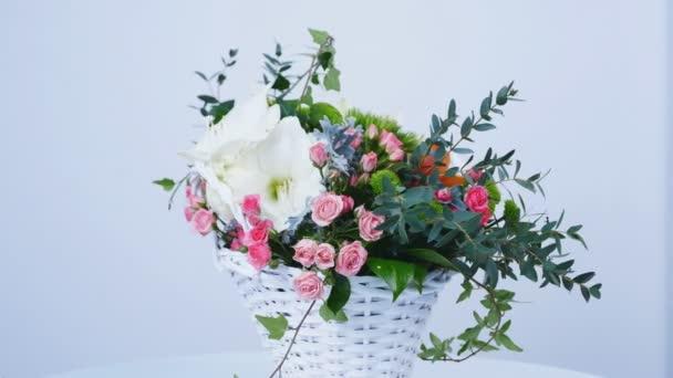 Květiny, rotace na bílém pozadí, složení je tvořeno Amarylis bílá, růže Lydie, Santini, cinerárie, eukalyptus, Ivy prostorný, Barbatus, feverweed, orchidej Cymbidium,