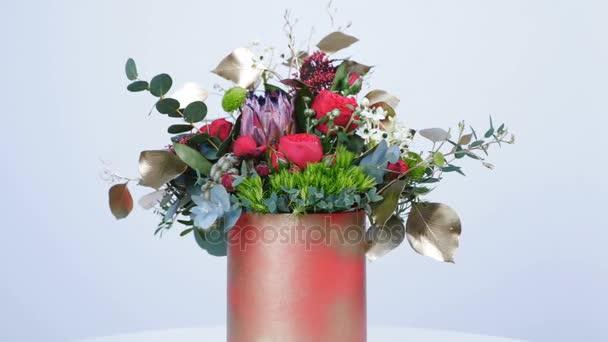 Květiny, kytice, otáčení na bílém pozadí, sestává z Protea, Brunia zelený, Barbatus, vzrostl ve tvaru Pinďa bordeaux, pistácie tree, Snědek, eukalyptus, Santini