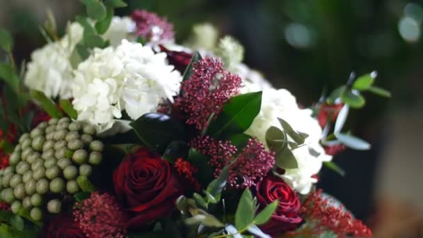 közeli, a sugarak a fény, forgatás, összetétele a csokor virág Hortenzia áll, Rose, Brunia zöld, eukaliptusz, Eustoma, solidago