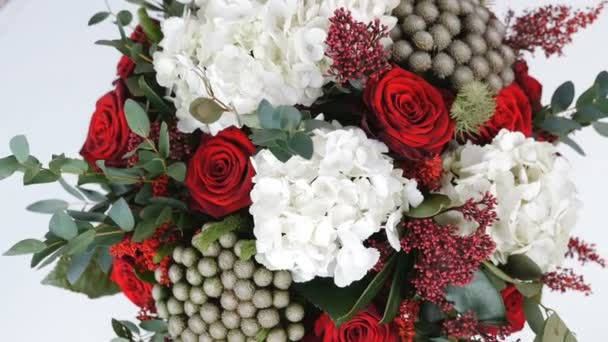 Közelkép, felülnézet, csokor virág, forgatás, fehér háttér, virág kompozíció áll, Hortenzia, Rose, Brunia zöld, eukaliptusz, Eustoma, solidago