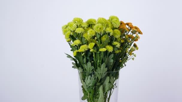 Virág, csokor, forgatás a fehér háttér, virág kompozíció, zöld és narancssárga Santini áll