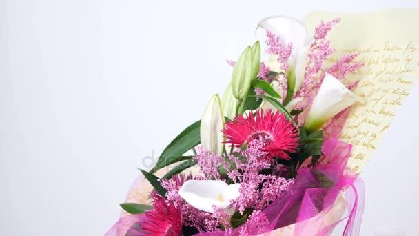 Květiny, kytice, otáčení na bílém pozadí, květinové kompozice je tvořena solidago calla, lilie, Gerbera terry Russus