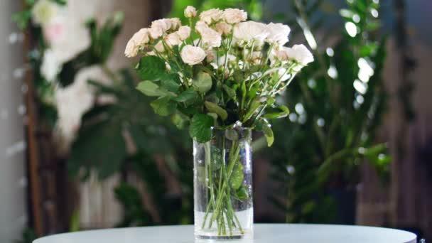 Kytice v paprscích světla, rotace, květinové kompozice je tvořena yana růží krémové, božské krásy