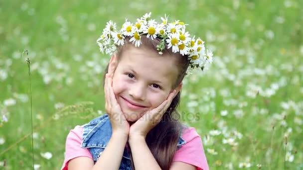 Na trávníku heřmánkový, děvče v věnec sedmikrásky, usměvavý, oddychovala do tváře