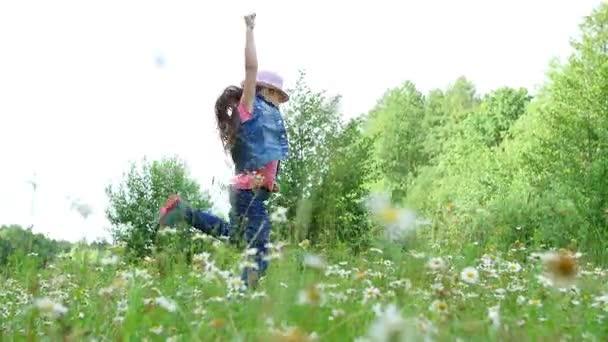 Видео девушка в розовой шляпе, группы в контакте лесбиянки