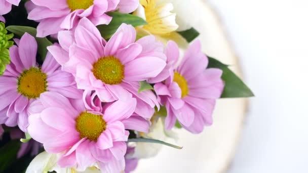 Közelkép, felülnézeti, virág, csokor, forgatás, virág kompozíció Kamilla krizantém áll. Virágbolt