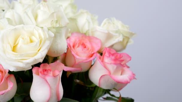 Közelkép, virág, csokor, forgatás, fehér háttér, virág kompozíció áll, fehér és rózsaszín rózsa. Emelkedett dzhemilja, emelkedett a lavina. Isteni szépség