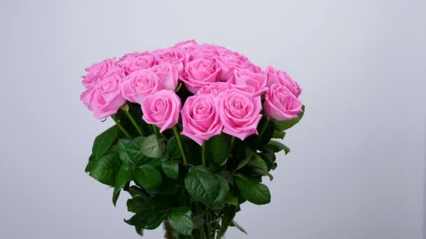 Virág, csokor, forgatás a fehér háttér, rózsaszín rózsa virág kompozíció áll. Isteni szépség. Virágbolt