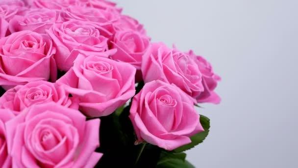 detail, květiny, kytice, rotace na bílém pozadí, květinová kompozice se skládá z růžových růží. Božská krása. Květinářství