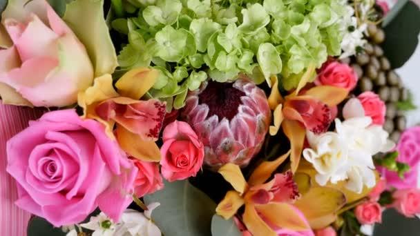 detail, pohled shora, květiny, kytice, rotace, květinové kompozice sestává z růže aqua, Snědek, Brunia zelená, eukalyptus, orchideje Cymbidium, Protea, Barbatus