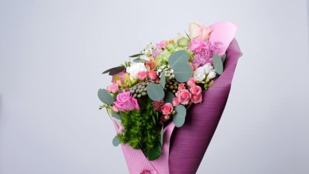 Květiny, kytice, otáčení, květinové kompozice tvoří růže aqua, Snědek, Brunia zelená, eukalyptus, orchideje Cymbidium, Protea, Barbatus, Cymbidium orchidejí, Protea, Barbatus,