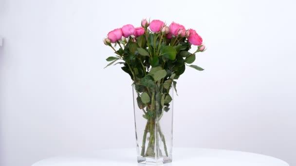 Virág, csokor, forgatás a fehér háttér, virág kompozíció áll pion-alakú, rózsaszín rózsa
