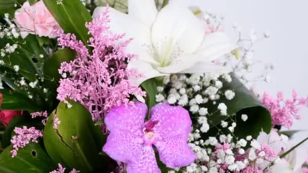 detail, květiny, kytice, rotace na bílém pozadí, květinová kompozice se skládá z Phoenix robbeli, eukalyptus, chryzantéma, růže Lydie, karafiátů, gypsophila, Zlatobýl