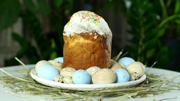 rotace, slavnostní velikonoční složení v paprscích světla, na slámě, na velkém talíři, zdobené barevnými vejci, je tu velké pupavu z těsta.