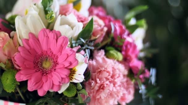 detail, květ kytice v paprscích světla, rotace, květinové kompozice je tvořena gerbera, Tulipán klavír, Santini, kosatců, Rose odily, orchidej vanda, eukalyptus