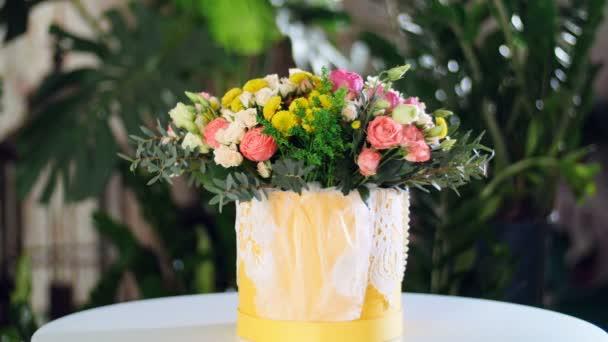 Kytice v paprscích světla, rotace, květinová kompozice se skládá z Rose david austin, růže krém grace, barbados růže, Eustoma, Santini, Snědek, eukalyptus