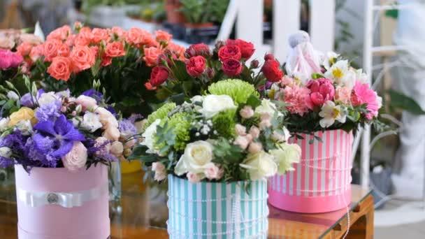 Blumenladen, auf das Schaufenster, es gibt eine Menge Blumen von ...
