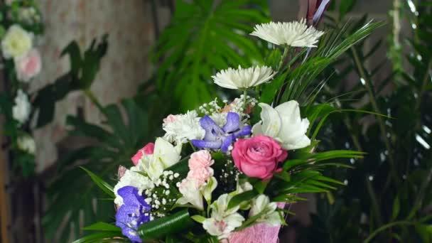Kytice v paprscích světla, rotace, květinové kompozice je tvořena Leucadendron, chryzantéma anastasis, Amaryllis růžová, vanda orchidej, kosatců,