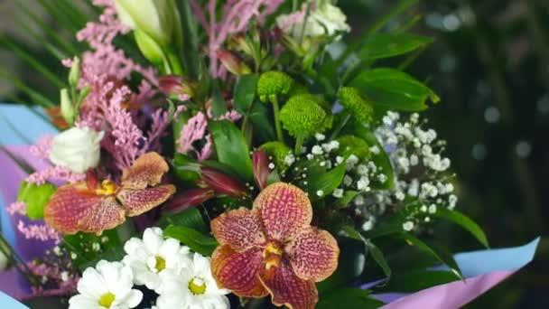 detail, kytice v paprscích světla, rotace, květinové kompozice je tvořena orchidej vanda, chryzantéma bacardi, Zlatobýl, Eustoma, kosatců, Santini, gypsophila, Russus, Phoenix