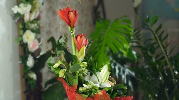 Kytice v paprscích světla, rotace, květinové kompozice je tvořena Amaryllis ferrari, aspidistra, eukalyptus, Barbatus, Russus, kosatců, lilie, růže