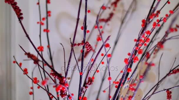 V šeru, na bílém pozadí, potulný paprsky světla větví s scarlet jahody. Dekorativní prvek v flower shop-studio