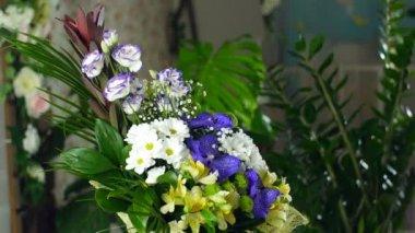 A fénysugarak, forgatás, a csokor virág a virág kompozíció áll Alstroemeria, krizantém bacardi, orchidea vanda, Santini, gypsophila, Eustoma