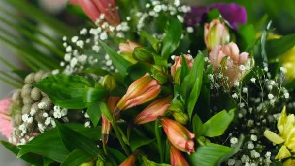 a fénysugarak, forgatás, a közeli, virág csokor virág kompozíció áll calla lily Brunia zöld, gypsophila, orchidea vanda, Alstroemeria, Kukoricalevél, Russus,