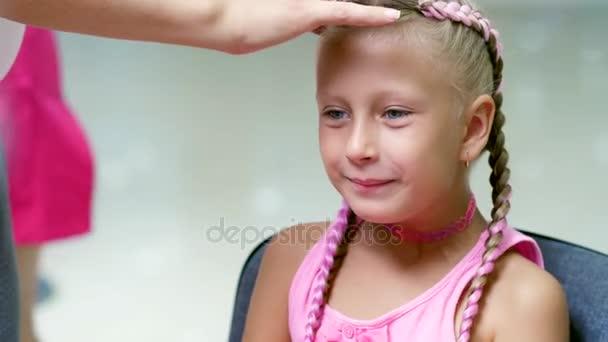 Schönes Blonde Mädchen Sieben Jahre Alt Zwei Zöpfen Geflochten Eine Frisur Mit Rosa Schlössern Der Haare In Einem Schönheitssalon Ein Friseur Salon Vor Einem Großen Spiegel Eine Kleine