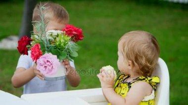 m re donne aux enfants un baiser vid o hotelfoxtrot 104535530. Black Bedroom Furniture Sets. Home Design Ideas