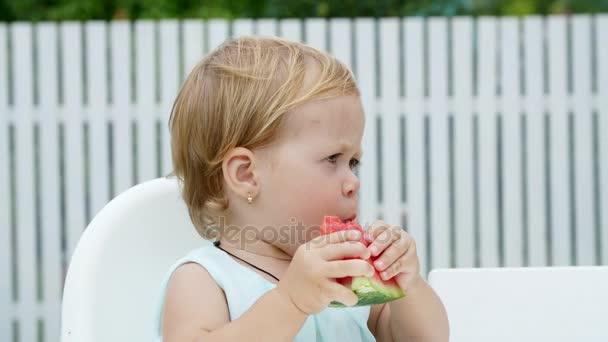 léto v zahradě, vtipné jeden rok starý blond dívka jíst meloun