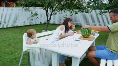 familienessen bei gro eltern im garten stockvideo wavebreakpremium 23498129. Black Bedroom Furniture Sets. Home Design Ideas