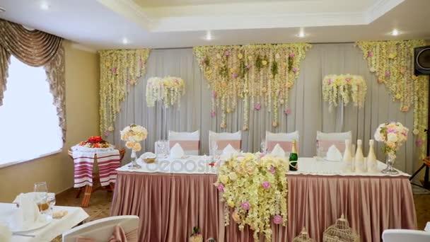 Bruiloft decoratie van tabellen in een restaurant bij een banket