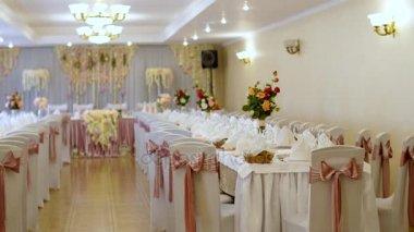 Wit en blauw decoratie van tabellen in een restaurant bruiloft