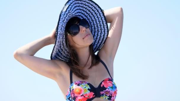 nyári, tenger, egy gyönyörű fiatal barna nő visel egy fürdés megfeleljen, és a nap kalap, napszemüveg, állva egy komp fedélzetén, élvezi a többi, szépsége, a tenger, boldog, mosolygós portréja